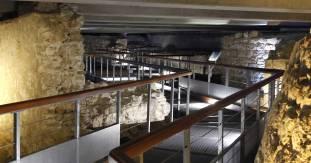 vue de la passerelle piétons qui permet de visiter la crypte.